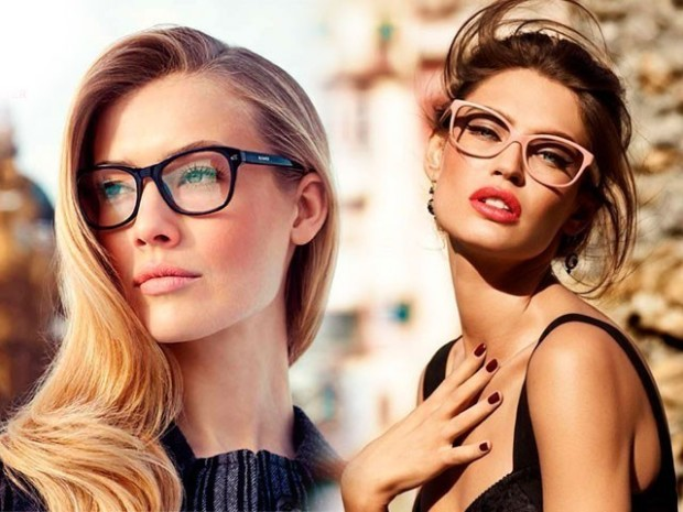 Стильный look с очками в черной оправе